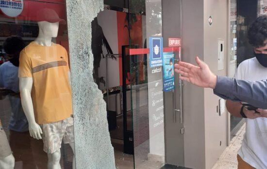 Vídeo: Homem quebra vidraça de loja para roubar tênis no centro de Colatina. Ladrão e receptador são detidos